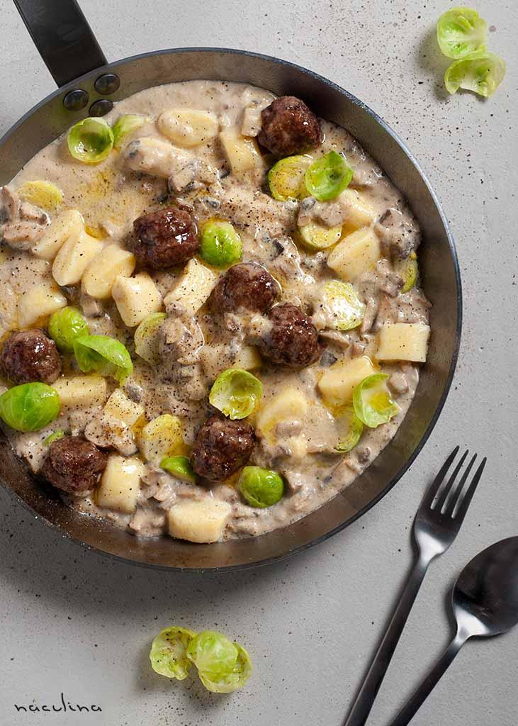 Gnocchi mit Hackbällchen und Rosenkohl in Pilzrahmsoße
