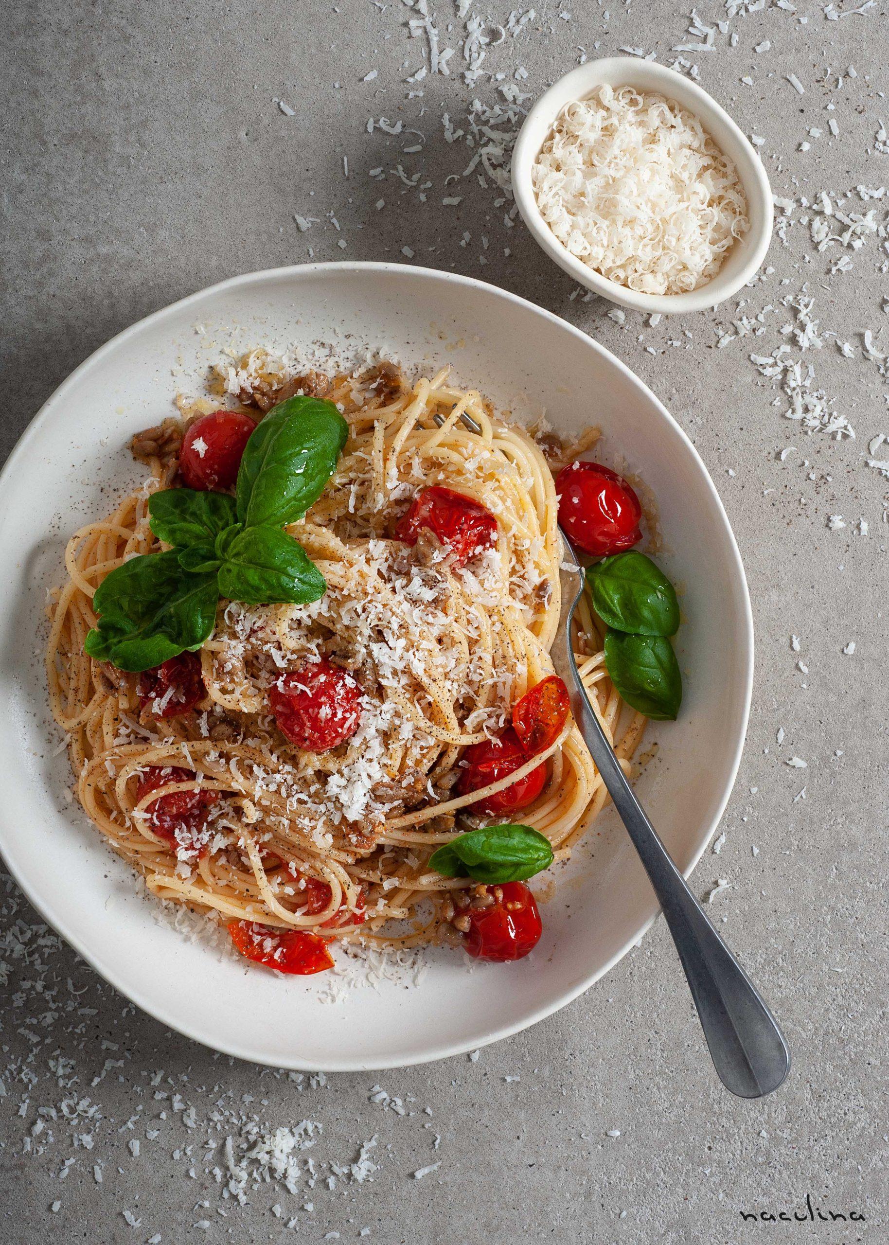 Pasta mit Tomaten und Sonnenblumenkernen in Knoblauchöl1