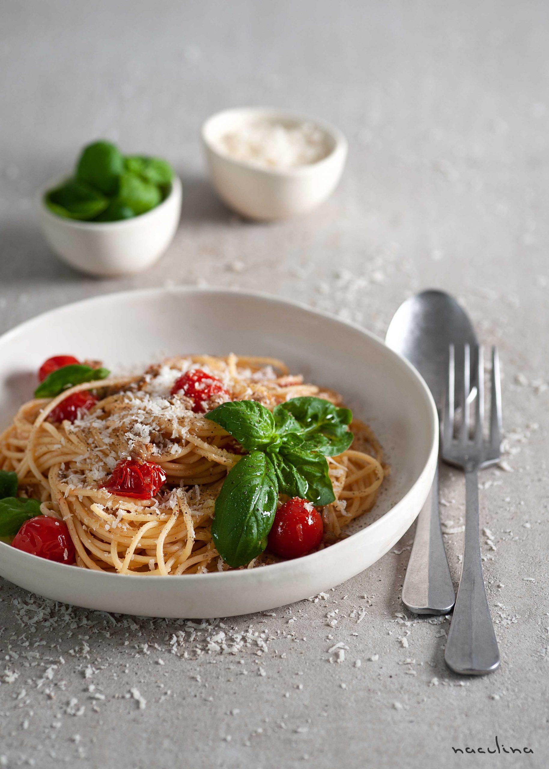 Pasta mit Tomaten und Sonnenblumenkernen in Knoblauchöl2
