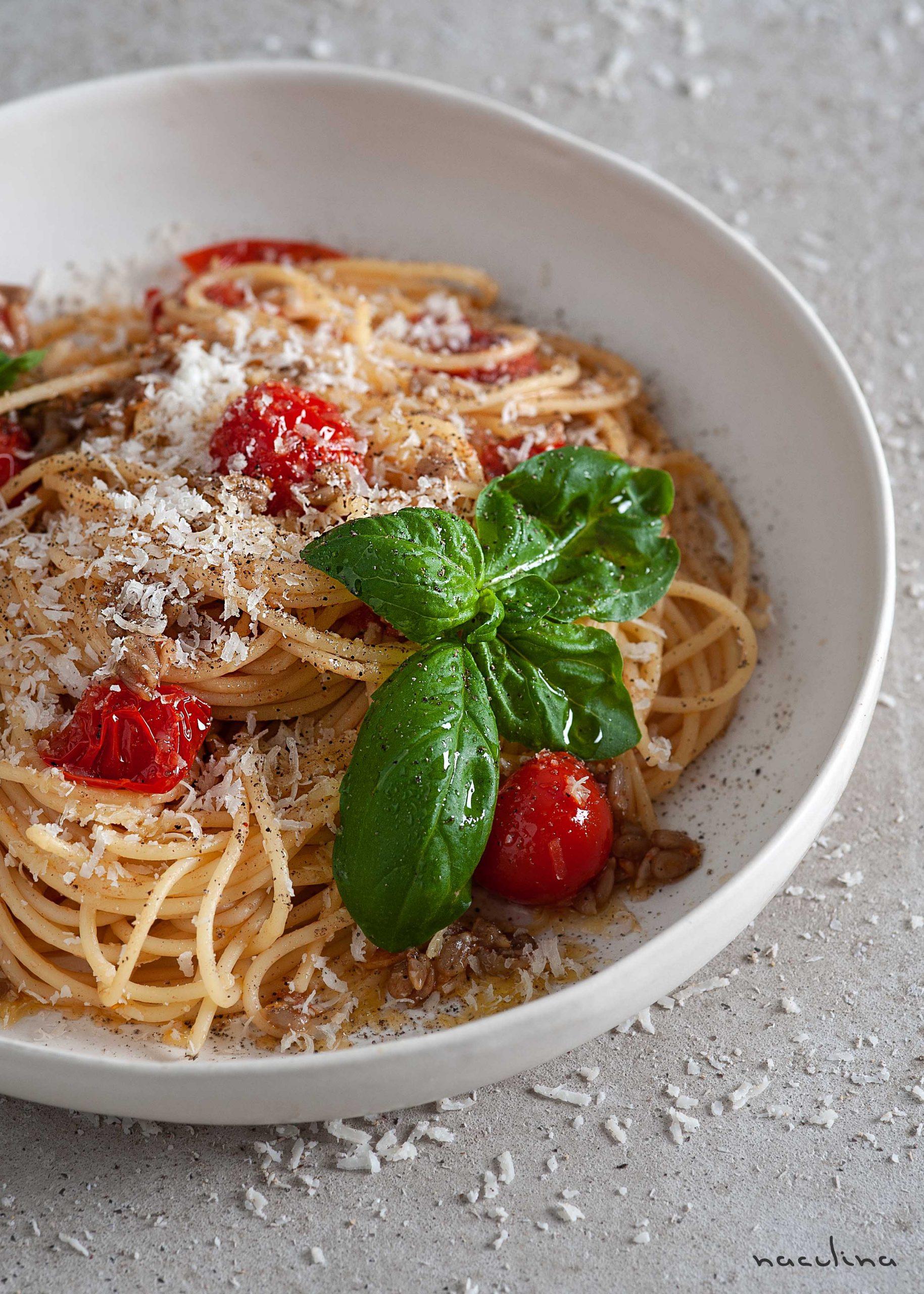 Pasta mit Tomaten und Sonnenblumenkernen in Knoblauchöl3