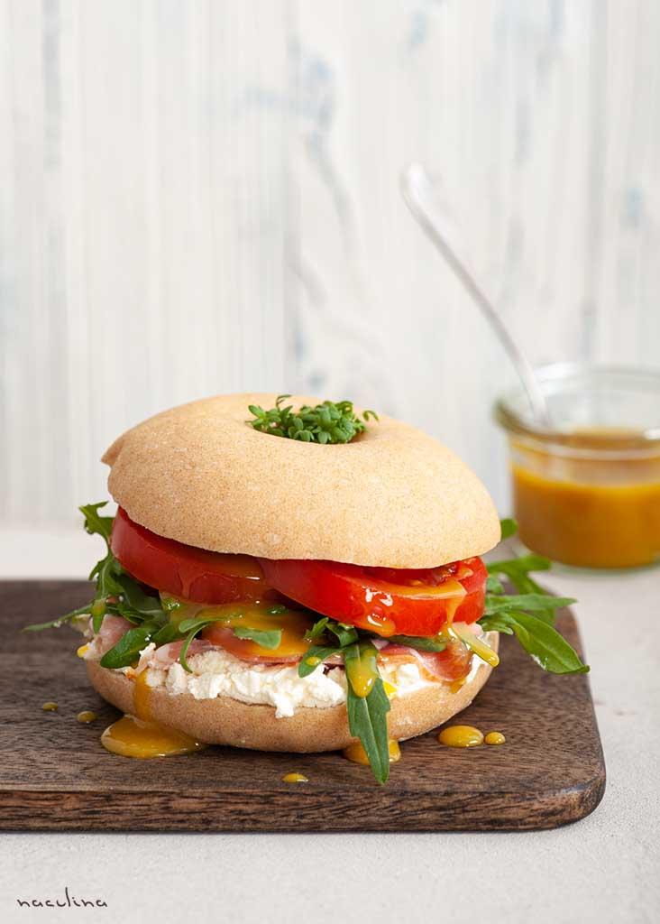 Bagel mit Schinken, Tomate, Rucola und Honig-Senfsoße