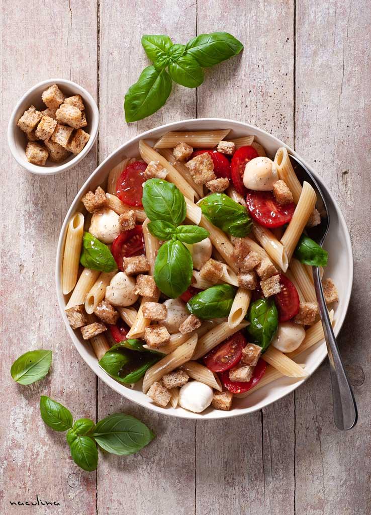 Nudelsalat mit Tomaten und Knoblauch-Croutons