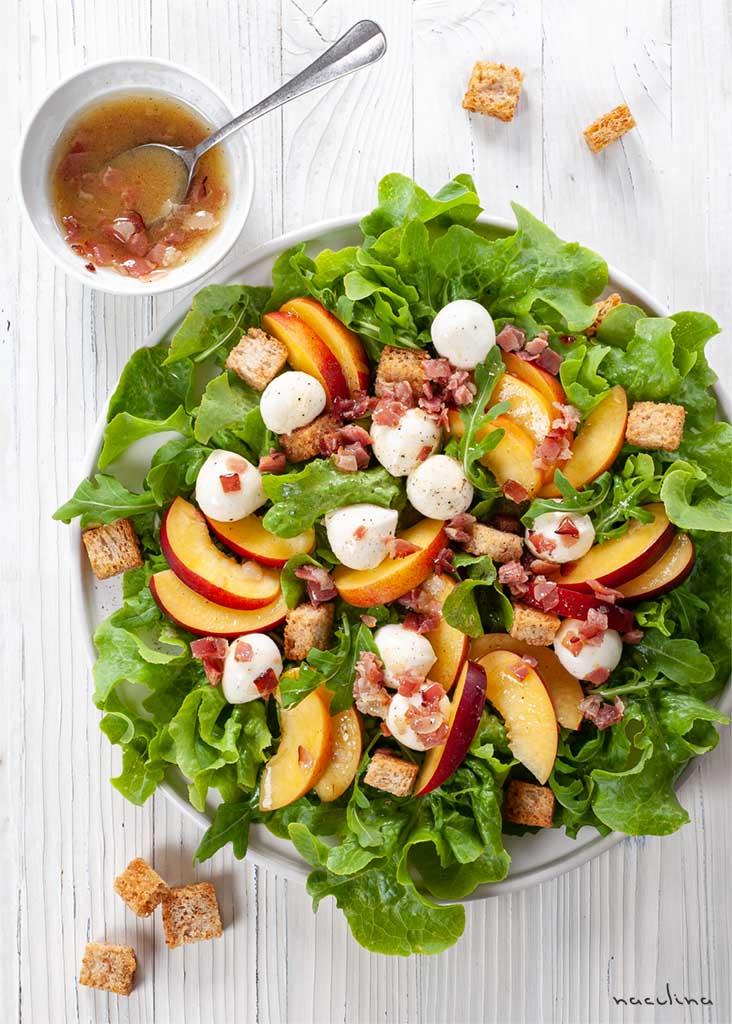 Salat mit Nektarinen und Mozzarella