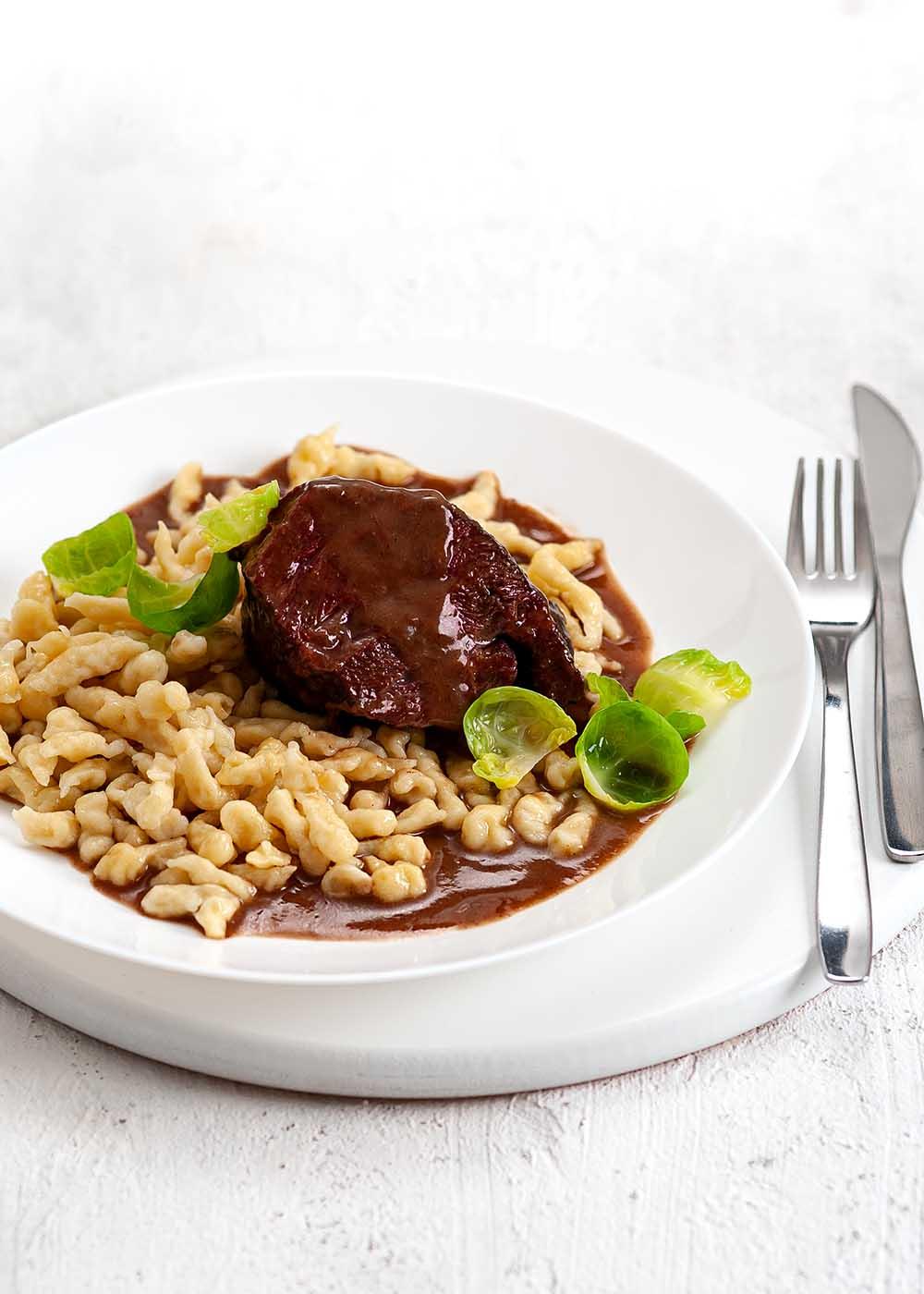 Rinderbäckchen in Rotweinsoße mit Spätzle und Rosenkohl