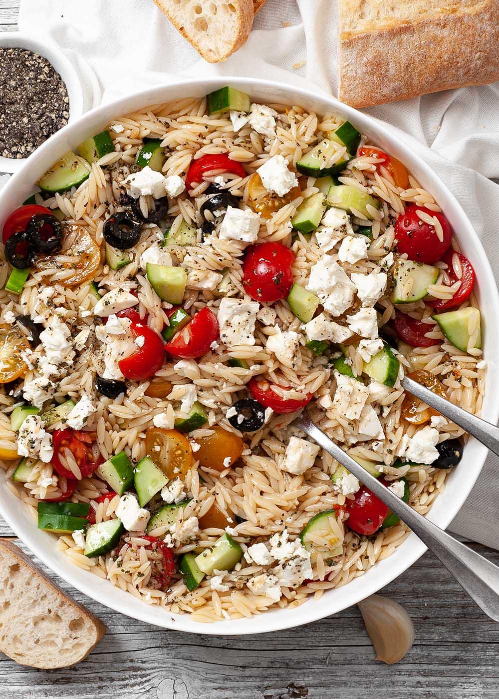 Orzo-Nudelsalat mit Oliven und Feta 2